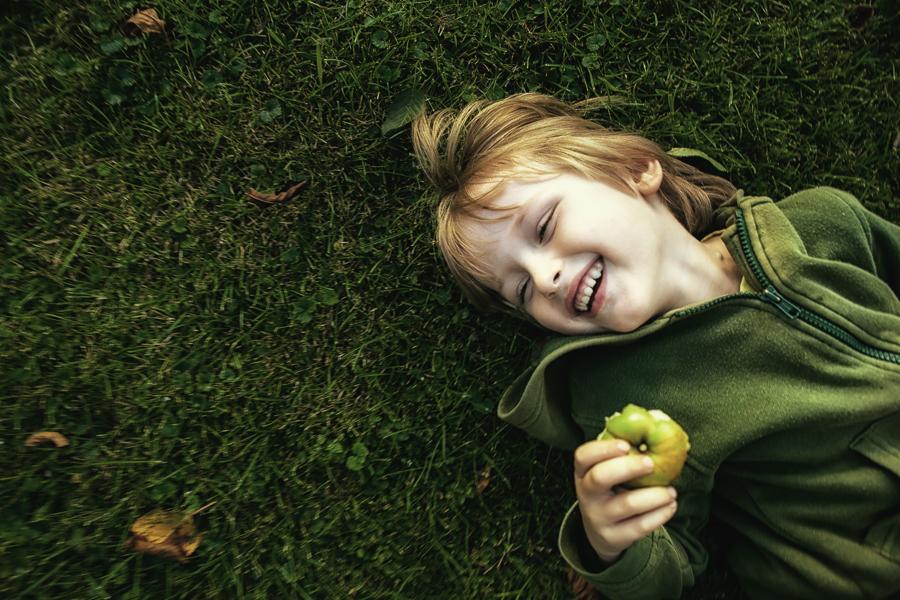 dziecko z jabłkiem-1