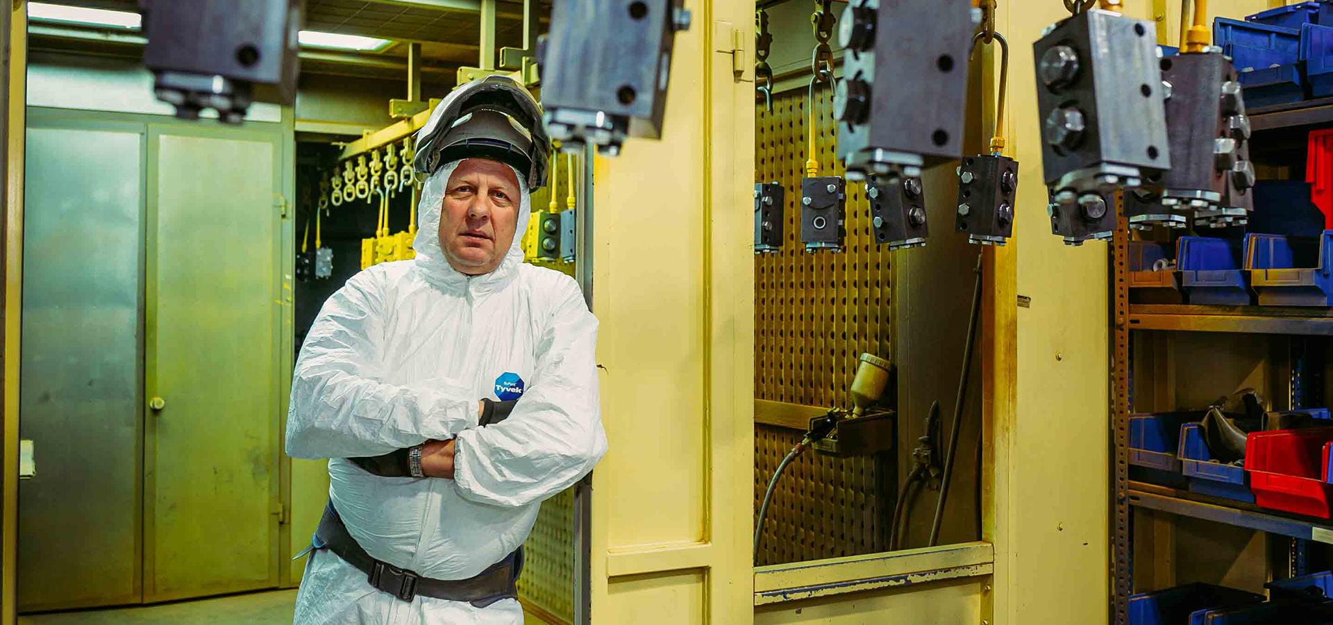 Fotografia biznesowa, zdjęcie a fabryce w kombinezonie roboczym