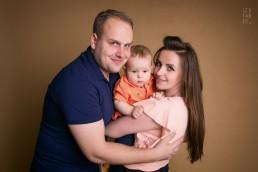 rodzinne zdjęcie z malutkim dzieckiem