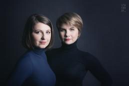 portret dwóch atrakcyjnych kobiet w minimalistycznym stylu