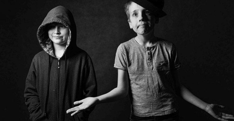 zabawny-portret-chłopaków-w-studio