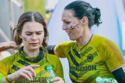mama z córką świętują przebiegnięty runmageddon