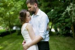 portret przytulajacej sie pary mlodej w plenerze