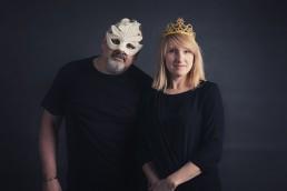 Zdjęcie pary z sesji fotograficznej w zabawnych maskach