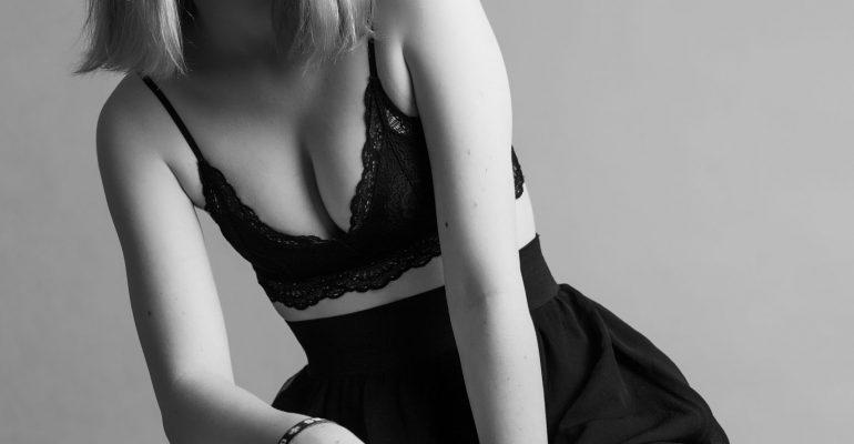 zmyslowa studyjna czarno biała fotografia dziewczyny