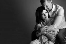 portret-studyjny-pary-w-ciąży